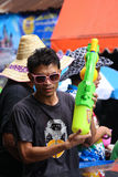 LAMPANG,泰国- 2011年4月13日:在Songkran节日人们用飞溅枪的大水将享用 免版税图库摄影