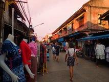 Lampang, Ταϊλάνδη - 13 Φεβρουαρίου 2018: Οδός περπατήματος Kong TA Kad, διάσημη αγορά βραδιού στην πόλη Lampang μεταξύ των τοπικώ Στοκ Εικόνες