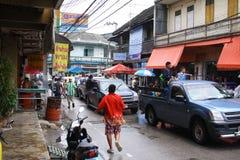 LAMPANG, ТАИЛАНД - 13-ОЕ АПРЕЛЯ 2011: В фестивале Songkran люди снесут танк воды на приводе тележки thair вокруг города Стоковое фото RF