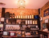 Lampang, украшение Таиланда - 4,2018-Vintage -го в мая, старое радио, телевидение, шар, железная сталь, часы, стиль кафа винтажны Стоковые Изображения