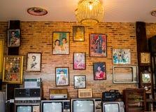 Lampang, la Tailandia - maggio 4,2018 - decorazione classica, vecchia radio, televisione, orologi e vecchia immagine di re Rama 9 immagini stock