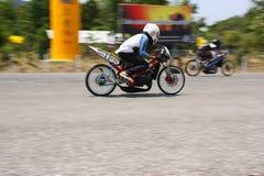 LAMPANG, TAILÂNDIA - 24 DE ABRIL DE 2010: Cavaleiro da motocicleta que compete a bicicleta do arrasto foto de stock royalty free