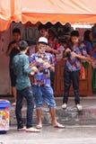 LAMPANG, TAILANDIA - 13 DE ABRIL DE 2011: En el festival de Songkran adolescente se vestirá con los sunglass y coloreará el vesti Fotos de archivo libres de regalías