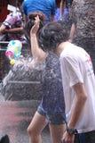LAMPANG, TAILANDIA - 13 DE ABRIL DE 2011: En el festival de Songkran la gente llevará el tanque de agua en la impulsión del camió foto de archivo