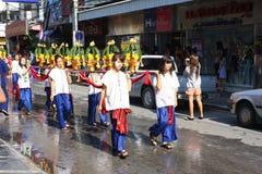 LAMPANG, TAILANDIA - 13 DE ABRIL DE 2011: Procesión de Salung Luang y festival de Songkran en la provincia de Lampang septentrion Foto de archivo libre de regalías