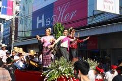 LAMPANG, TAILANDIA - 13 DE ABRIL DE 2011: Procesión de Salung Luang y festival de Songkran en la provincia de Lampang septentrion Imágenes de archivo libres de regalías