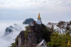 LAMPANG, TAILANDIA 20 DE ENERO: Sorprendiendo el mar de Tailandia de la niebla en PU Pha Daeng de Wat Prajomklao Rachanusorn Wat  imagen de archivo libre de regalías