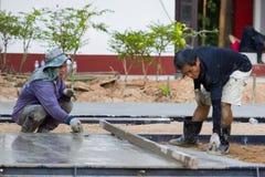 LAMPANG, TAILANDIA - 5 DE NOVIEMBRE: dos trabajadores tailandeses no identificados l Foto de archivo libre de regalías