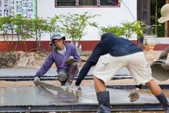 LAMPANG, TAILANDIA - 5 DE NOVIEMBRE: dos trabajadores tailandeses no identificados l Imagen de archivo libre de regalías
