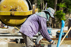 LAMPANG, TAILANDIA - 5 DE NOVIEMBRE: mezcla tailandesa no identificada del trabajador Fotos de archivo