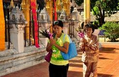Lampang, Tailandia: Donne di preghiera a Wat tailandese Immagine Stock Libera da Diritti