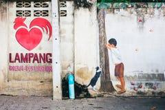 LAMPANG, TAILANDIA - el 11 de enero de 2019: La pared gráfica tiene símbolo del pollo y corazón rojo imagen de archivo libre de regalías