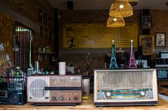 Lampang, Tailandia - mayo 4,2018: decoraciones clásicas, radios viejas y accesorios hermosos de la cafetería en el café de Tontan foto de archivo