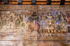 LAMPANG TAILANDIA 20 ottobre: Di legno murale tailandese a Wat Phra That Lampang Luang Provincia di Lampang il 20 ottobre 2015 in Fotografie Stock Libere da Diritti