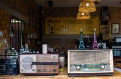 Lampang Tajlandia, Maj, - 4,2018: klasyczne dekoracje, starzy radia i piękni akcesoria sklep z kawą przy Tontang kawiarnią, Lampa Zdjęcie Stock