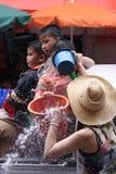 LAMPANG, THAÏLANDE - 13 AVRIL 2011 : Dans le festival de Songkran les gens porteront le réservoir de l'eau sur la commande de cam Images libres de droits
