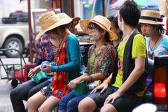 LAMPANG THAILAND - 13 APRIL 2011: I den Songkran festivalen ska folket bära behållaren av vatten på thairlastbildrev runt om stad Royaltyfria Foton