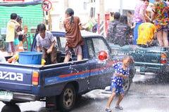 LAMPANG THAILAND - 13 APRIL 2011: I den Songkran festivalen ska folket bära behållaren av vatten på thairlastbildrev runt om stad Royaltyfri Fotografi