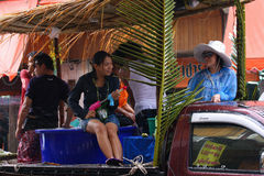 LAMPANG THAILAND - 13 APRIL 2011: I den Songkran festivalen ska folket bära behållaren av vatten på thairlastbildrev runt om stad Royaltyfria Bilder