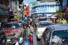 LAMPANG THAILAND - 13 APRIL 2011: I den Songkran festivalen ska folket bära behållaren av vatten på thairlastbildrev runt om stad Royaltyfri Foto