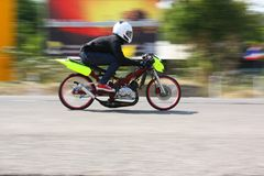 LAMPANG, THAILAND - 24. APRIL 2010: Motorradreiter, der Widerstandfahrrad läuft Stockfoto