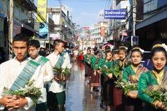 LAMPANG THAILAND - 13 APRIL 2011: Salung Luang procession och Songkran festival i det Lampang landskapet som är nordligt av Thail Royaltyfria Bilder