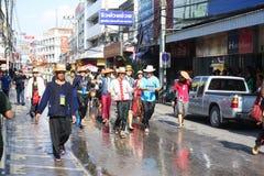 LAMPANG THAILAND - 13 APRIL 2011: Salung Luang procession och Songkran festival i det Lampang landskapet som är nordligt av Thail Arkivfoto