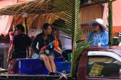 LAMPANG, THAILAND - 13. APRIL 2011: In Songkran-Festival tragen Leute Behälter des Wassers auf thair LKW-Antrieb um die Stadt Lizenzfreie Stockbilder