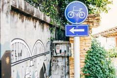 LAMPANG THAILAND - på Januari 11, 2019: Cykeltecken som visar ställen royaltyfri bild