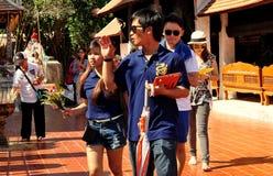 Lampang Thailand: Thais som cirklar templet Arkivbild