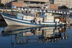 Lampara,钓鱼的小船由在地中海的灯光 免版税库存图片
