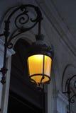 Lampbränning i natten i Paris Royaltyfri Foto