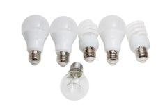 Lampe à incandescence contre plusieurs électriques économiseurs d'énergie modernes Photos stock