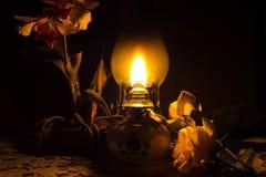 Lampe à pétrole avec des fleurs Photo stock