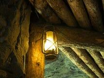 Lampe à pétrole dans la vieille mine Photo stock