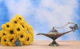 Lampe à pétrole et fleurs photographie stock