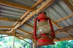 Lampe à pétrole rouge sur le faisceau de toit Image stock