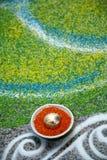 Lampe à pétrole sur le kolam indien coloré Image libre de droits