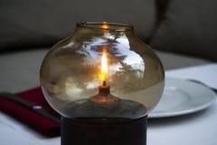 Lampe à pétrole sur une table pour le dîner Photo stock