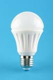 Lampe économiseuse d'énergie d'éclairage de LED sur le fond bleu Image libre de droits