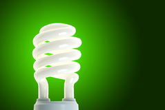Lampe économiseuse d'énergie sur le vert Photographie stock libre de droits