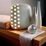 Lampe élégante sur une table Photo libre de droits