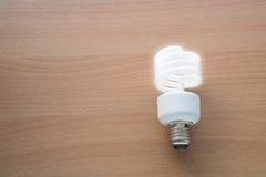Lampe électrique avec l'éclairage sur le plancher en bois Images libres de droits