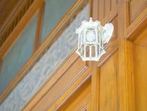 Lampe électrique de décoration sur le mur vertical Photographie stock