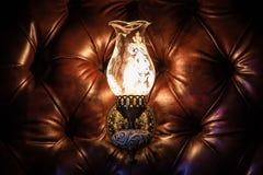 Lampe antique sur le mur du cuir photos libres de droits