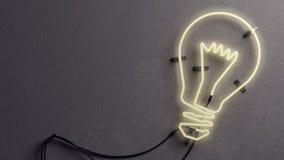 Lampe au néon formée d'ampoule Photo stock