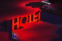 Lampe au néon rouge d'un hôtel Image stock