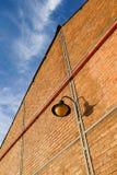 Lampe auf Backsteinmauer Lizenzfreies Stockfoto