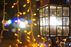 Lampe auf dem Fensterbrett Stockfotos