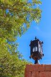 Lampe auf der Backsteinmauer Stockfotografie